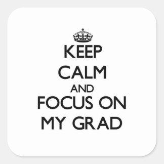 Guarde la calma y el foco en mi graduado calcomania cuadrada personalizada