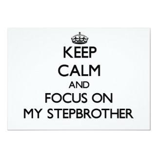 Guarde la calma y el foco en mi hermanastro invitación 12,7 x 17,8 cm