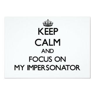 Guarde la calma y el foco en mi personificador invitación 12,7 x 17,8 cm