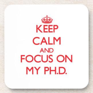 Guarde la calma y el foco en mi Ph.D. Posavasos De Bebida