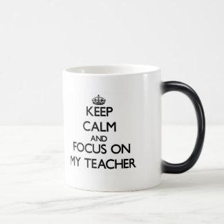 Guarde la calma y el foco en mi profesor tazas de café