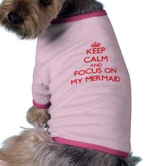 Guarde la calma y el foco en mi sirena camisa de perrito