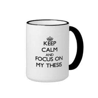 Guarde la calma y el foco en mi tesis taza de dos colores
