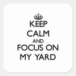 Guarde la calma y el foco en mi yarda calcomania cuadradas personalizada