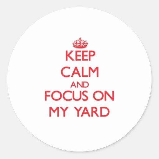 Guarde la calma y el foco en mi yarda etiqueta redonda