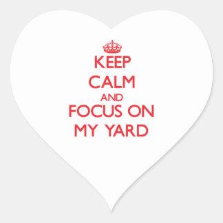 Guarde la calma y el foco en mi yarda pegatina de corazon