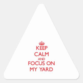 Guarde la calma y el foco en mi yarda calcomanía trianguloada