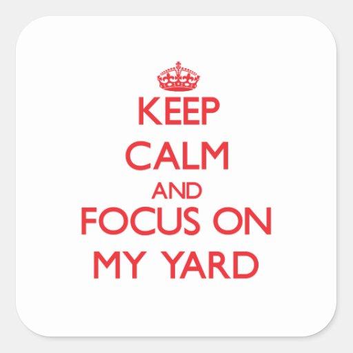 Guarde la calma y el foco en mi yarda pegatinas cuadradases