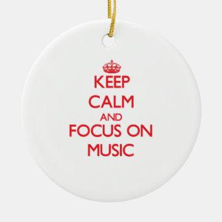 Guarde la calma y el foco en música ornamento de navidad