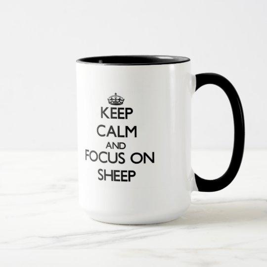 Guarde la calma y el foco en ovejas taza