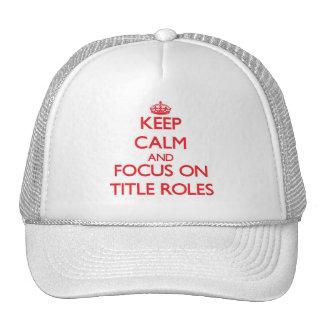 Guarde la calma y el foco en papeles protagonista gorras de camionero