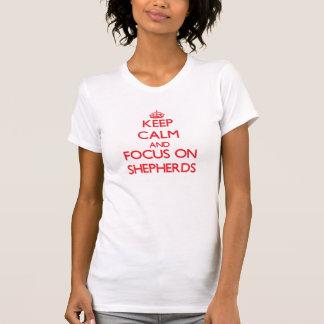 Guarde la calma y el foco en pastores camiseta