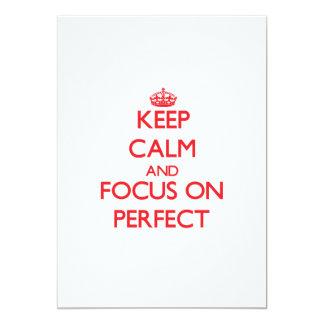 Guarde la calma y el foco en perfecto invitaciones personales