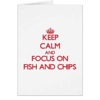 Guarde la calma y el foco en pescado frito con tarjeta de felicitación