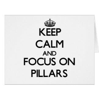 Guarde la calma y el foco en pilares felicitación