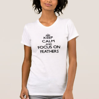 Guarde la calma y el foco en plumas camiseta
