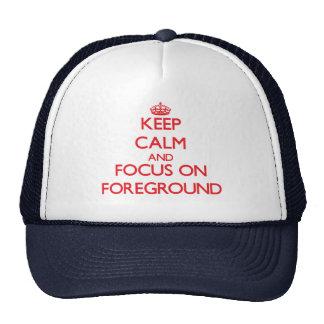 Guarde la calma y el foco en primero plano gorra