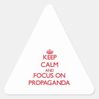 Guarde la calma y el foco en propaganda calcomania de triangulo