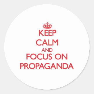 Guarde la calma y el foco en propaganda etiqueta redonda