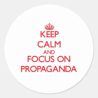 Guarde la calma y el foco en propaganda pegatina redonda