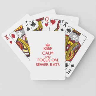 Guarde la calma y el foco en ratas de alcantarilla barajas de cartas