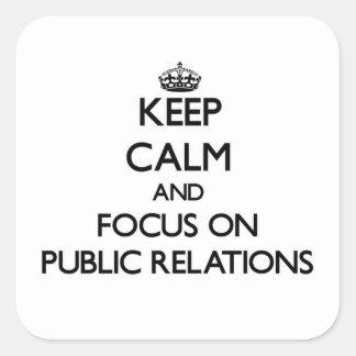 Guarde la calma y el foco en relaciones públicas pegatina cuadrada