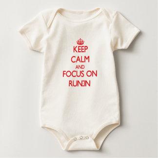 Guarde la calma y el foco en riña bodi de bebé