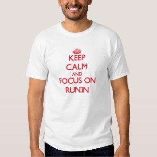 Guarde la calma y el foco en riña camiseta