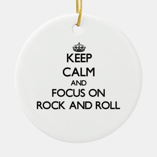 Guarde la calma y el foco en rock-and-roll ornamentos de reyes