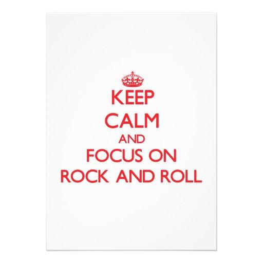 Guarde la calma y el foco en rock-and-roll invitaciones personalizada