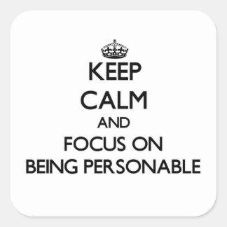 Guarde la calma y el foco en ser bien parecido calcomanía cuadradase