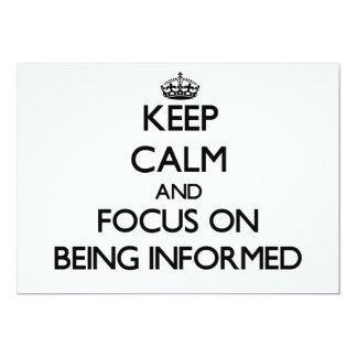 Guarde la calma y el foco en ser informado invitación 12,7 x 17,8 cm