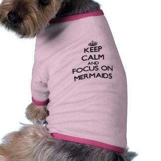 Guarde la calma y el foco en sirenas camisetas de perro