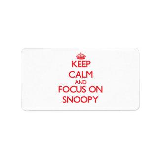 Guarde la calma y el foco en Snoopy Etiqueta De Dirección