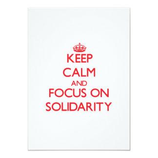 Guarde la calma y el foco en solidaridad anuncio