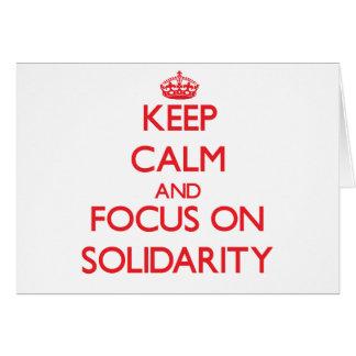 Guarde la calma y el foco en solidaridad felicitación