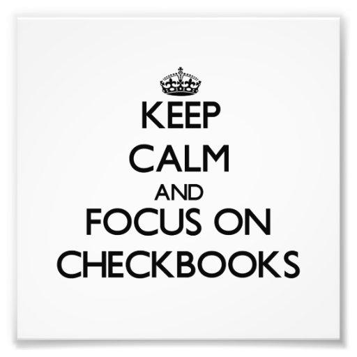 Guarde la calma y el foco en talonarios de cheques fotografía