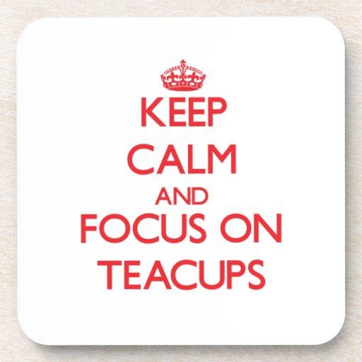 Guarde la calma y el foco en tazas de té posavasos de bebida