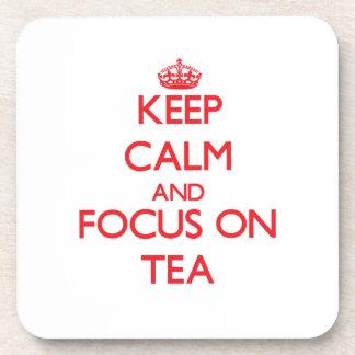 Guarde la calma y el foco en té posavaso