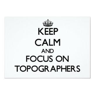 Guarde la calma y el foco en topógrafos invitación 12,7 x 17,8 cm