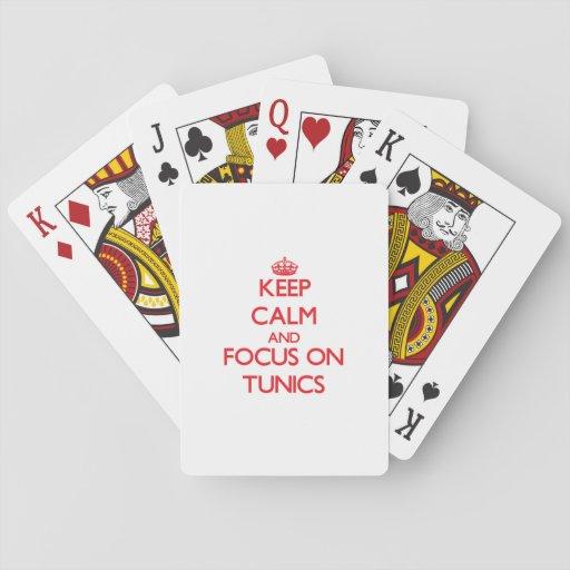Guarde la calma y el foco en túnicas barajas de cartas