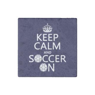 Guarde la calma y el fútbol encendido imán de piedra