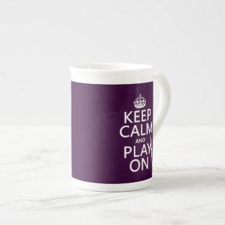Guarde la calma y el juego en (clarinet) taza de porcelana
