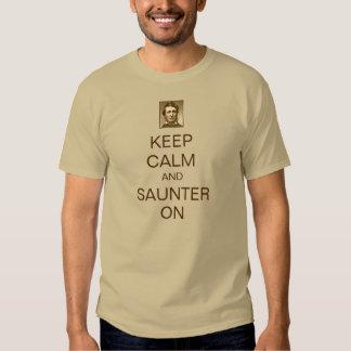 Guarde la calma y el Saunter en la camiseta de