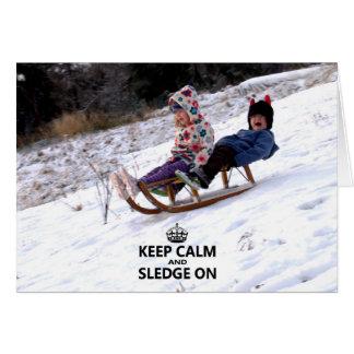 Guarde la calma y el trineo en tarjeta de Navidad
