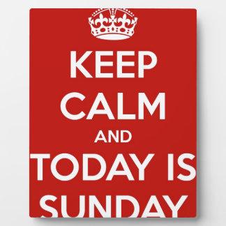 Guarde la calma y es hoy domingo placa expositora