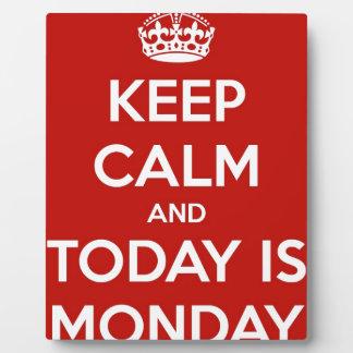 Guarde la calma y es hoy lunes placa expositora