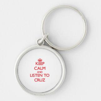 Guarde la calma y escuche Cruz Llavero Personalizado