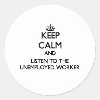 Guarde la calma y escuche el trabajador parado etiqueta redonda