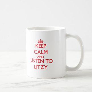 Guarde la calma y escuche Litzy Taza Básica Blanca